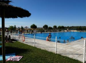 Las dos piscinas municipales abren el for Piscina rivas